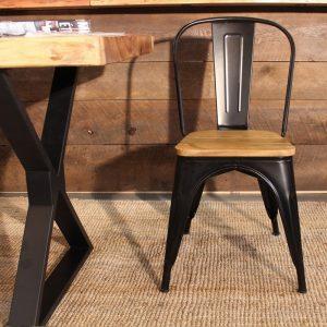 silla metálica y mesa de estilo industrial