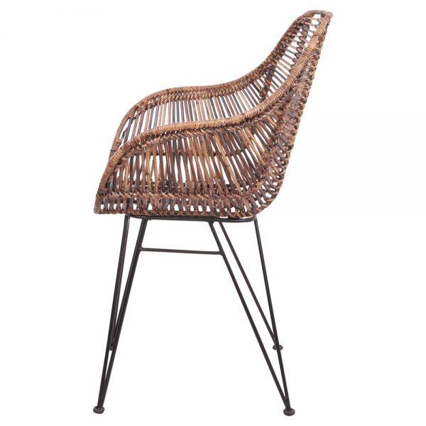 silla con asiento de rattan natural y patas metálicas negras