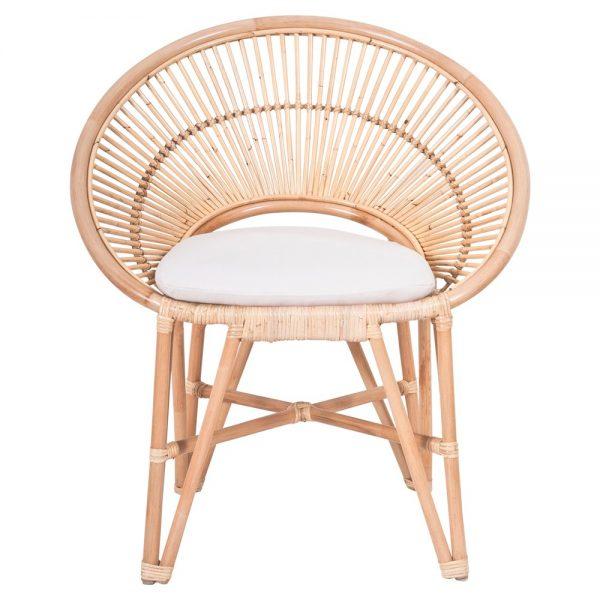 silla en rattan natural con cojín blanco