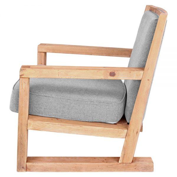 sillón tapizado gris con estructura de madera