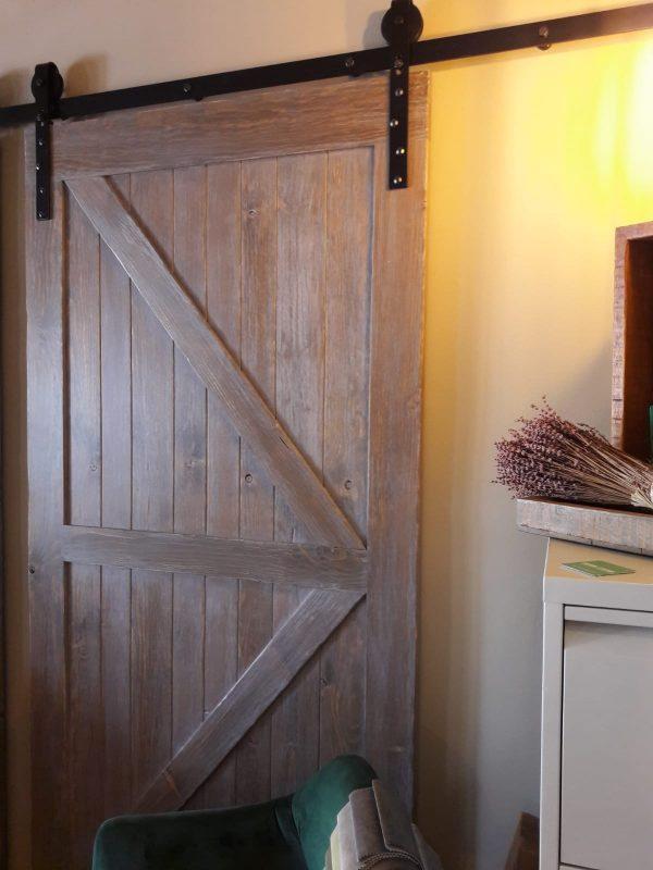 puerta estilo granero para baño