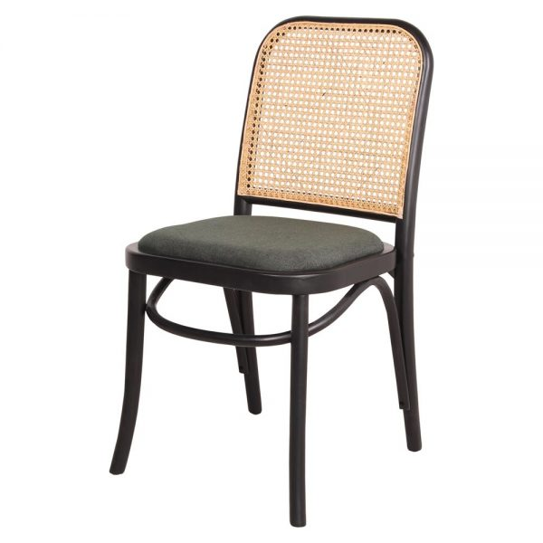 silla negra tapizada con respaldo de rejilla