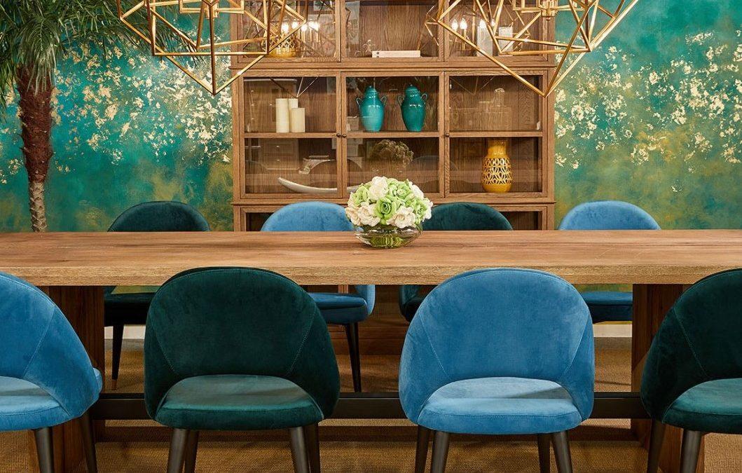 sillas tapizadas color verde y azul