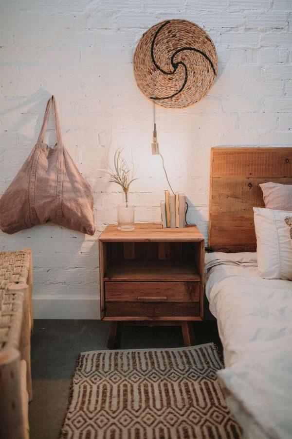 mesita de noche y cabecero de madera rustico